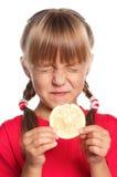 Bambina con il limone immagini stock