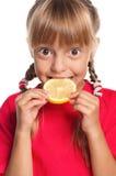 Bambina con il limone fotografia stock libera da diritti