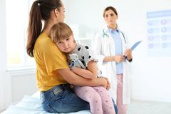 Bambina con il medico dei bambini di visita del genitore fotografia stock libera da diritti