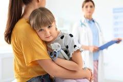 Bambina con il medico dei bambini di visita del genitore fotografia stock