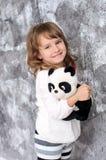 Bambina con il panda del giocattolo all'interno fotografia stock