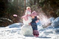 Bambina con il pupazzo di neve Fotografia Stock Libera da Diritti