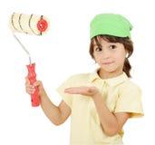 Bambina con il rullo di vernice fotografia stock libera da diritti