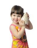 Bambina con il seashell immagini stock