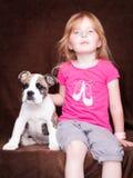 Bambina con il suo amico il cane Fotografie Stock