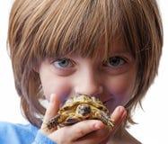 bambina con il suo animale domestico - tartaruga Fotografia Stock