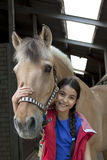 Bambina con il suo cavallo favorito fotografia stock