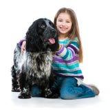 Bambina con il suo cucciolo di cane di cocker spaniel Immagine Stock