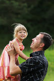 Bambina con il suo padre sul natur Fotografia Stock