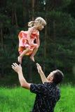 Bambina con il suo padre sul natur Fotografia Stock Libera da Diritti