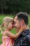 Bambina con il suo padre sul natur Immagine Stock