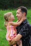 Bambina con il suo padre sul natur Fotografie Stock