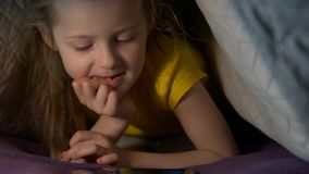 Bambina con il telefono alla notte stock footage