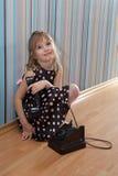 Bambina con il vecchio telefono Fotografia Stock