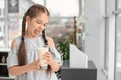Bambina con l'allergia della latteria che tiene vetro Fotografie Stock Libere da Diritti