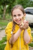 Bambina con l'anatroccolo della molla Immagine Stock Libera da Diritti