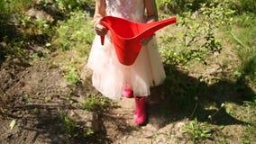 Bambina con l'annaffiatoio rosso archivi video