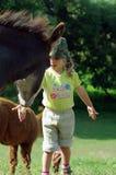 Bambina con l'asino Fotografie Stock Libere da Diritti