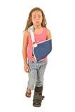 Bambina con l'imbracatura del braccio e la colata del piede Fotografia Stock