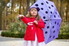 Bambina con l'ombrello Fotografie Stock Libere da Diritti