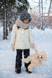 Bambina con l'orso di orsacchiotto Fotografie Stock Libere da Diritti