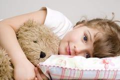 Bambina con l'orso di orsacchiotto Immagine Stock