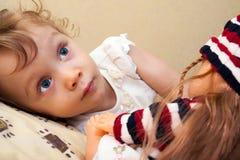Bambina con la bambola Fotografia Stock Libera da Diritti