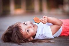 Bambina con la caramella fotografia stock