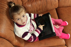 Bambina con la compressa Fotografia Stock Libera da Diritti