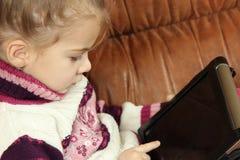 Bambina con la compressa Immagine Stock