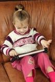 Bambina con la compressa Immagini Stock Libere da Diritti