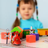 Bambina con la ferrovia del giocattolo Fotografia Stock