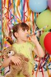 Bambina con la festa di compleanno dell'orsacchiotto Immagini Stock
