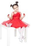 Bambina con la fragola su priorità bassa bianca fotografia stock