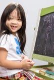 Bambina con la lavagna/bambina con il fondo della lavagna Fotografia Stock