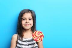 Bambina con la lecca-lecca fotografie stock libere da diritti