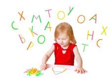 Bambina con la lettera isolata su bianco Fotografie Stock Libere da Diritti