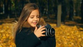 Bambina con la macchina fotografica stock footage