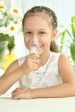 Bambina con la maschera per inalazione fotografie stock
