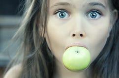 Bambina con la mela verde Fotografia Stock Libera da Diritti