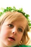 Bambina con la parte superiore Sparkly verde del trifoglio Fotografia Stock Libera da Diritti