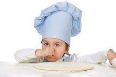 Bambina con la pasta della pizza Immagine Stock