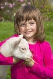 Bambina con la piccola capra fotografia stock libera da diritti