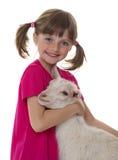 Bambina con la piccola capra fotografie stock libere da diritti