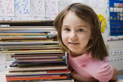 Bambina con la pila di libri Immagine Stock Libera da Diritti