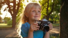 Bambina con la retro macchina fotografica stock footage