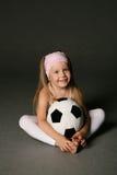 Bambina con la sfera di calcio Fotografie Stock Libere da Diritti