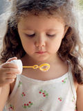 Bambina con le bolle di sapone Fotografia Stock Libera da Diritti