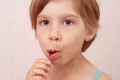 Bambina con le ciliegie Immagine Stock Libera da Diritti