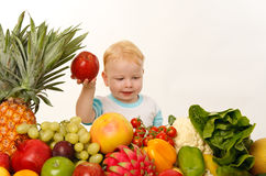 Bambina con le frutta e le verdure Fotografia Stock